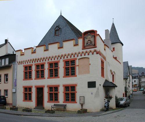 1280px-Bernkastel_Kues_Geburtshaus_Nikolaus_von_Kues
