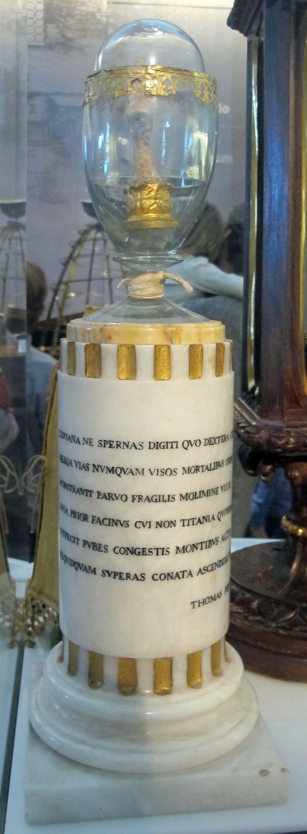 Dito_della_mano_destra_di_galileo,_in_teca_del_1737